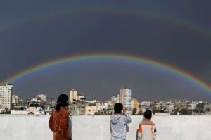 Kinderen kijken naar dubbele regenboog