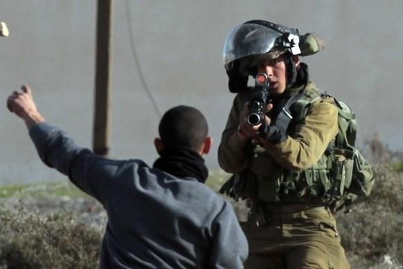 Kind gooit stenen Jalazun vluchtelingenkamp