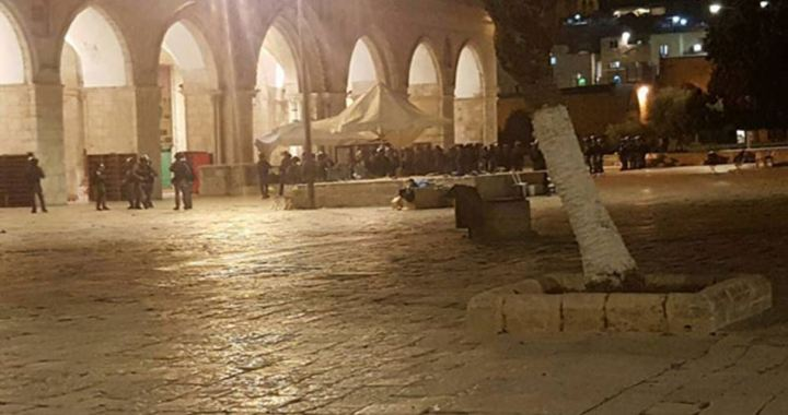 Police attack muslims at al-Aqsa