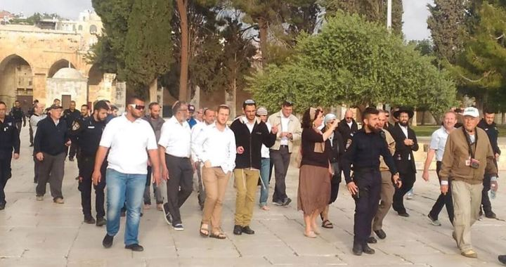 Settlers with police in al-Aqsa