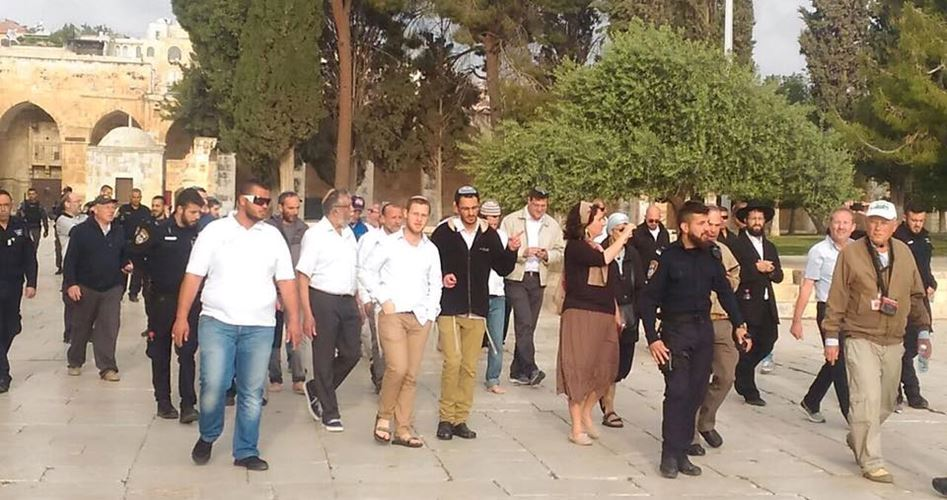 Zios police and settlers in al-Aqsa