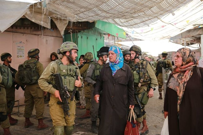 Settlers under police protection in Hebron